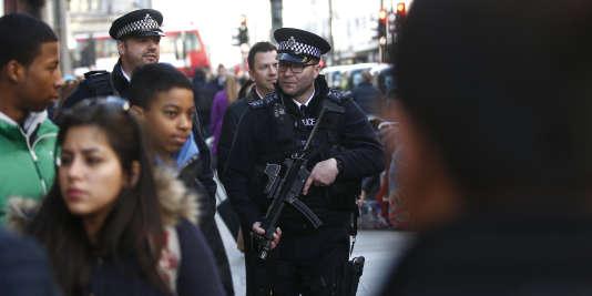 Des policiers en armes à Londres, en Grande-Bretagne, le 23 décembre 2015.