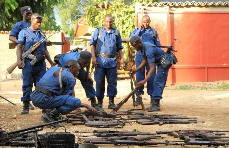 Des officiers de police ont saisi une grande quantité d'armes après que le pouvoir ait repoussé une offensive rebelle lancée sur plusieurs sites de la capitale du Burundi, Bujumbura, le 12 décembre 2015.