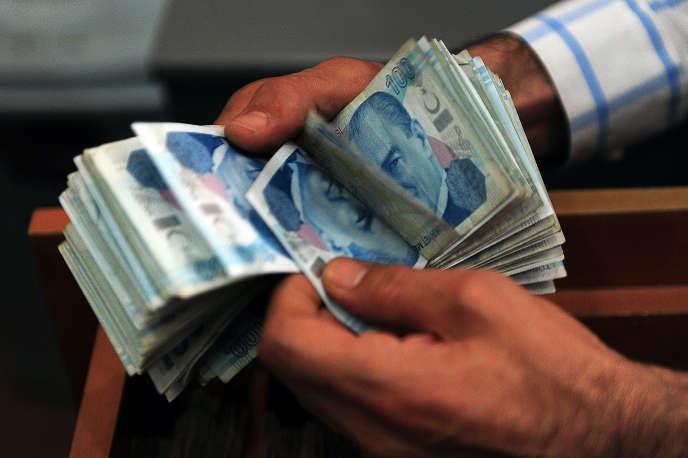 Les entreprises turques sont les plus endettées de la planète derrière les chinoises. Or cette dette est souvent libellée en dollars, ce qui les expose au risque de change. Ce fut le cas en2015 avec la dépréciation d'environ 20% de la livre turque face au dollar.