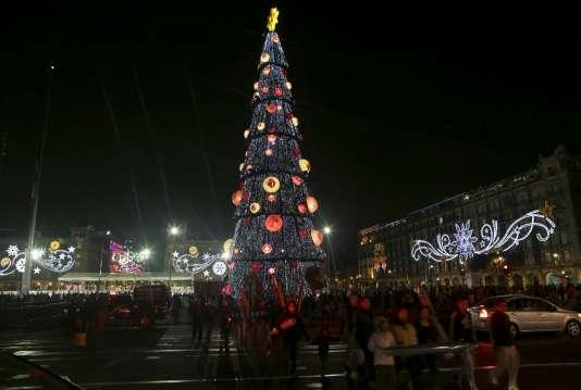 Un arbre de Noël à Mexico City (Mexique), le 22 décembre.