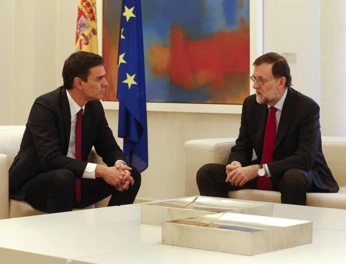 Pedro Sanchez, leader du Parti socialiste espagnol (PSOE), et Mariano Rajoy, premier ministre et patron du Parti Populaire, au Palais de La Moncloa à Madrid, le 23 décembre 2015.