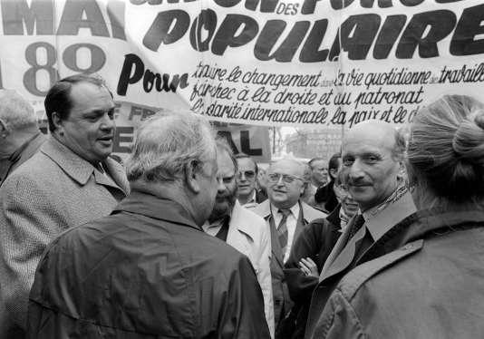 Marcel Debarge, secrétaire national du PS (à gauche), s'entretient avec Henri Krasucki lors du défilé de la CGT en tête du défilé parisien, le 1er mai 1982.