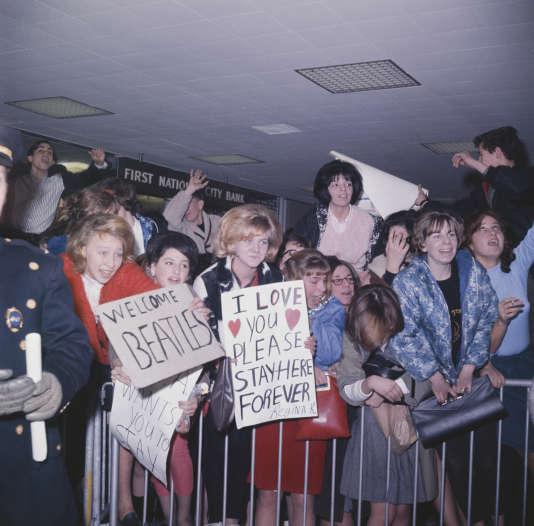 Une foule de fans acceuillent les Beatles à l'aéroport de New York JFK à l'occasion de leur première visite aux Etats-Unis en février 1964.