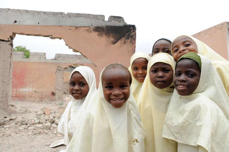 Des écolières dans les ruines de leur établissement à Maiduguri, dans le nord-est du Nigeria en 2012.
