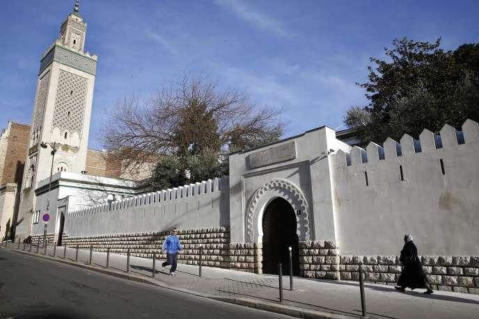 Devant la Grande Mosquée de Paris.