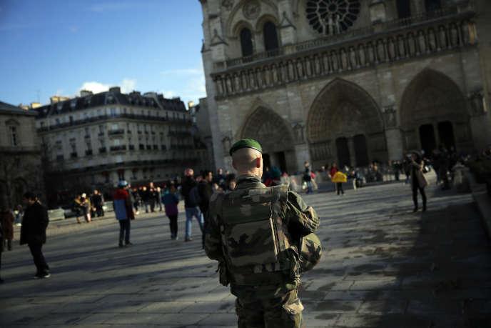 Un soldat patrouille devant la cathédrale Notre-Dame de Paris, le 23 décembre.