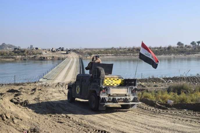 Les forces armées irakiennes ont jeté des ponts sur l'Euphrate, mardi 22 décembre 2015, pour entrer dans le centre de Ramadi, capitale de la province chiite insurgée de l'Anbar, où se seraient retranchés quelque 300 djihadistes.