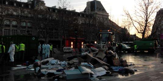 Les agents de propreté de la ville de Paris nettoient ce qui reste du camp des Afghans, place de la République à Paris, le 23 décembre.