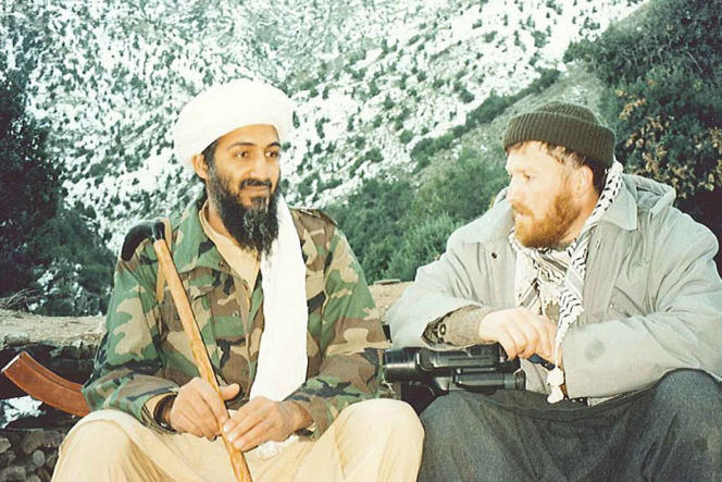 Cette photographie, prise par le journaliste palestinien  Abdel Barri Atwan, montre Oussama Ben Laden (à gauche) en compagnie d'un de ses anciens compagnons de route syrien, Abou Moussab Al-Souri, à Tora Bora, en Afghanistan, en1996. Elle a été trouvée en1998 pendant la perquisition par Scotland Yard du domicile londonien du Saoudien Khalid Al-Fawwaz, lieutenant de Ben Laden.