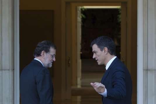 Le Premier Ministre Espagnol Mariano Rajoy et le leader de l'opposition socialiste Pedro Sanchez s'entretiennent avant une réunion sur une possibilité de coalition, à Madrid le 23 décembre 2015.