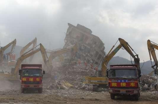 Les sauveteurs, sur le site industriel qui à subit une coulée de boue, le 23 décembre 2015  à Shenzhen (Chine).