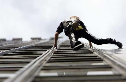 Pour réussir son ascension professionnelle, il est important de bâtir un projet en fonction de ses aspirations profondes. Ici, sur la photo, Alain Robert a escaladé - à mains nues et sans harnais de sécurité - la façade d'un immeuble de 31 étages à Bagnolet, dans la banlieue est de Paris, en mars 2006.