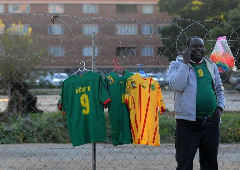 Un vendeur de maillots de foot, au Cameroun en 2010.