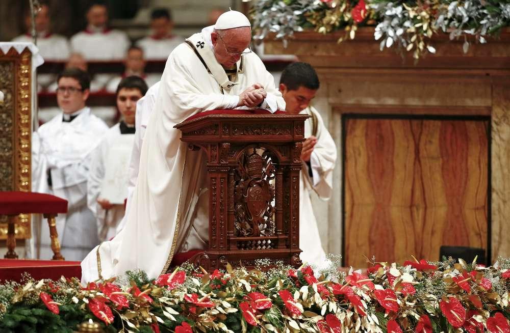 Lors de la traditionnelle messe de minuit, au Vatican, le pape François a appelé à la « sobriété » : « Dans une société souvent éprise de consommation et de plaisir, d'abondance et de luxe, d'apparence et de narcissisme, Dieu nous appelle à un comportement sobre, c'est-à-dire simple, équilibré, cohérent, capable de saisir et de vivre l'essentiel. »