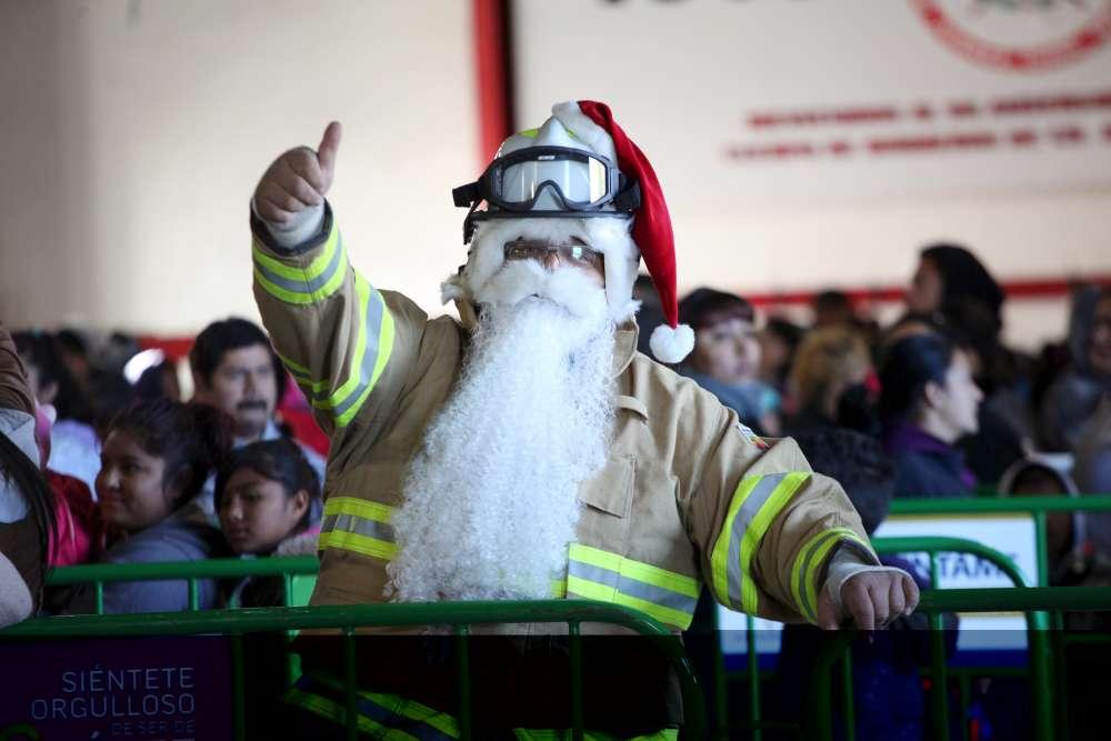 Un pompier arborant un bonnet de Père Noël lors de la traditionnelle distribution de jouets aux enfants pauvres de Ciudad Juarez, au Mexique.