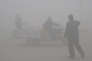 Un intense brouillard de pollution (principalement dû à la poussière de charbon) s'est abattu sur la ville chinoise deHandan dans le Hebei, le 24 décembre 2015. Cette province, proche de Pékin, est considérée comme la plus polluée de Chine.