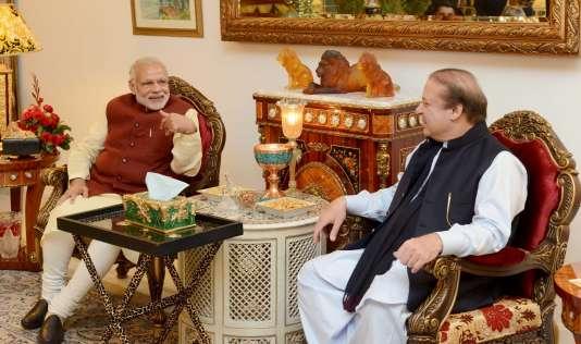 Le premier ministre indien Narendra Modi (à gauche) a fait une halte, vendredi 25 décembre, au Pakistan pour rencontrer son homologue Nawaz Sharif.