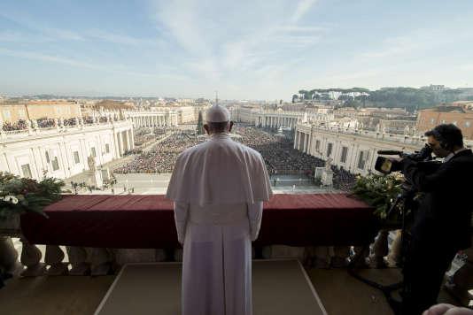 """Le pape François lors de son traditionnel message de Noël """"Urbi et orbi"""", le 25 décembre 2015."""