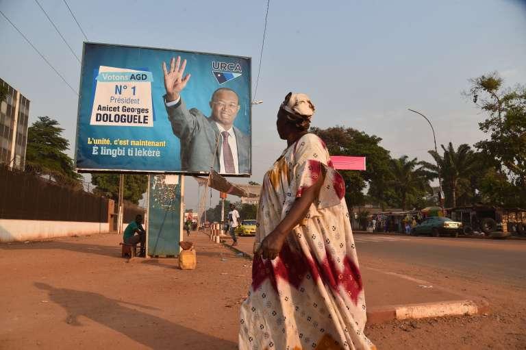 Une affiche du candidat Anicet Georges Dologuele à Bangui, le 23 décembre.