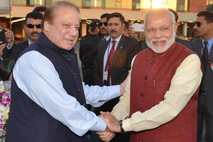 Le premier ministre indien Narendra Modi (à droite) serre la main de son homologue pakistanais Nawaz Sharif. Le 25 décembre 2015, à Lahore au Pakistan.