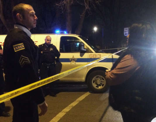 Un policier de Chicago parle à un proche de l'homme tué par un agent samedi 26 décembre.