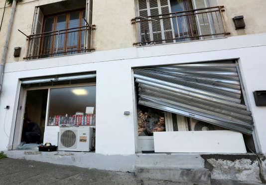 Une vitre d'une salle de prière musulmane saccagée par des manifestants à Ajaccio, en décembre.