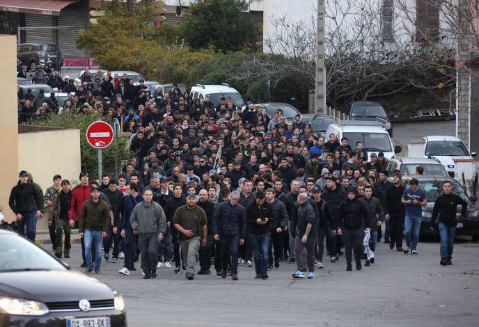 Encadrement policier lors du rassemblement dans le quartier des Jardins de l'Empereur, à Ajaccio, samedi 26 décembre 2015.