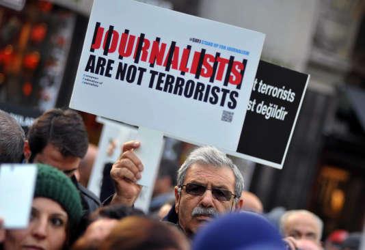 """Manifestation en soutien aux deux journalistes du quotidien d'opposition turc, """"Cumhuriyet"""". (AP Photo/Omer Kuscu)"""