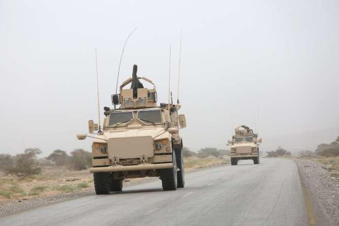 Des véhicules blindés entre les provinces d'Al-Jawf et de Marib, lieu d'affrontement entre houthistes et loyalistes, le 26 décembre 2015.