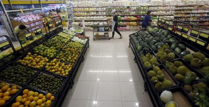 Dans un supermaché à Hanoi, le 18 décembre. Le Vietnam est un des rares pays asiatiques auxquels le ralentissement chinois profite.