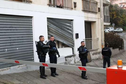 Des agents de police devant la salle de prière vandalisée, à Ajaccio, le 26 décembre 2015.