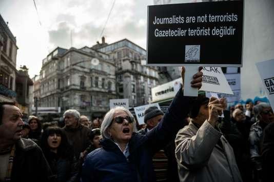 Pendant une manifestation le 26 décembre 2015 à Istanbul suite à l'arrestation du rédacteur en chef du journal Cumhuriyet, Can Dündar, au mois de novembre.