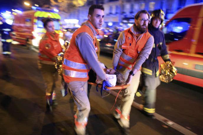 Une femme se fait évacuer du Bataclan, le 13 novembre 2015.