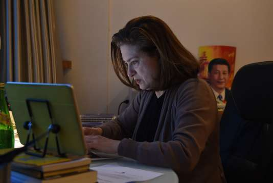 """Ursula Gauthier, correspondante de """"L'Obs"""", à son bureau dans son appartement à Pékin, le 26 décembre 2015. Son visa n'étant pas renouvelé pour 2016, elle sera expulsée du pays."""