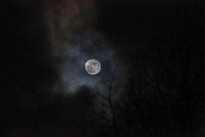 L'hémisphère de l'astre lunaire qui n'est pas visible depuis la Terre a été photographié depuis 1959 mais n'a jamais été exploré.