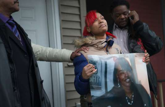 LaTonya Jones brandit une photo de sa mère Bettie Jones, tuée accidentellement par la police le 26 décembre à Chicago.