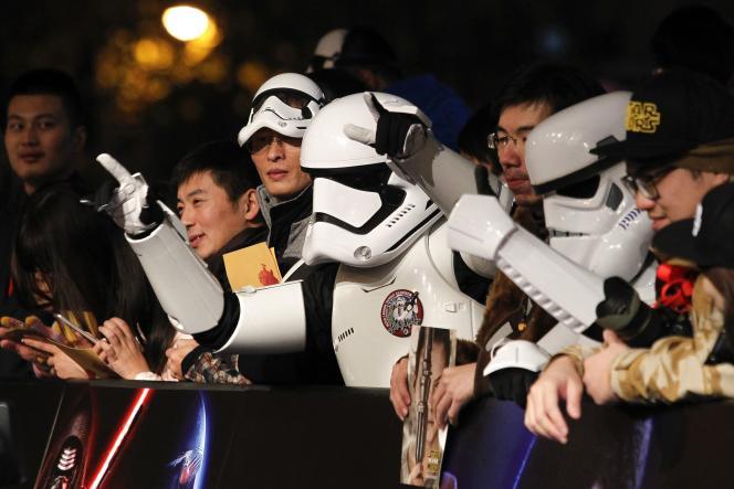 Des fans déguisés en Stormtroopers à l'avant-première de
