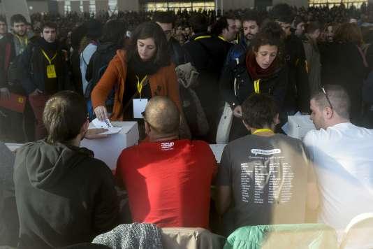 Les séparatistes anticapitalistes de la Candidature d'Unité Populaire (CUP) pendant un vote concernant l'investiture d'Artur Mas, le Président conservateur sortant, le 27 décembre 2015 à Sabadell.