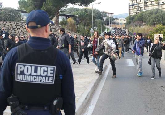 Plusieurs centaines de personnes rassemblées à l'entrée du quartier des Jardins de l'Empereur à Ajaccio.