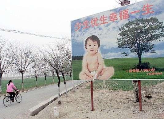 Un panneau prônant la politique de l'enfant unique le long d'une route près de Pékin en 2001.