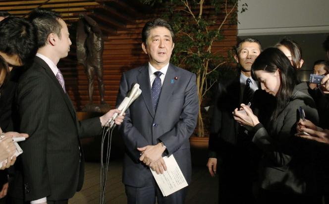 Shinzo Abe parle aux journalistes après sa conversation téléphonique avec Park Geun-Hye le 28 décembre 2015.