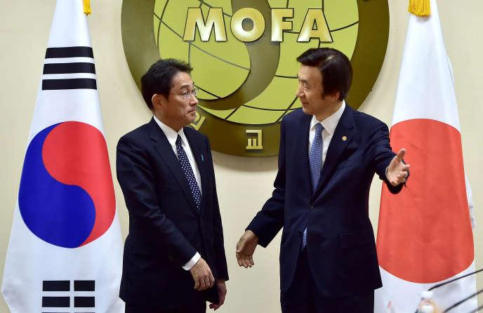 Le ministre des affaires étrangères sud-coréen Yun Byung-se (à droite) en compagnie de son homologue japonais, Fumio Kishida, à Séoul lundi 28 décembre 2015.