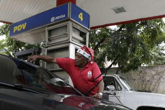 Dans une station-essence de Caracas au Venezuela le 21 décembre 2015.