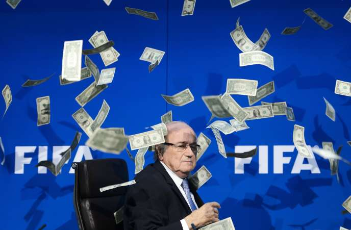 Des billets de banque jetés par un artiste britannique sur Sepp Blatter lors d'une conférence de presse, le 20 juillet à Zurich.