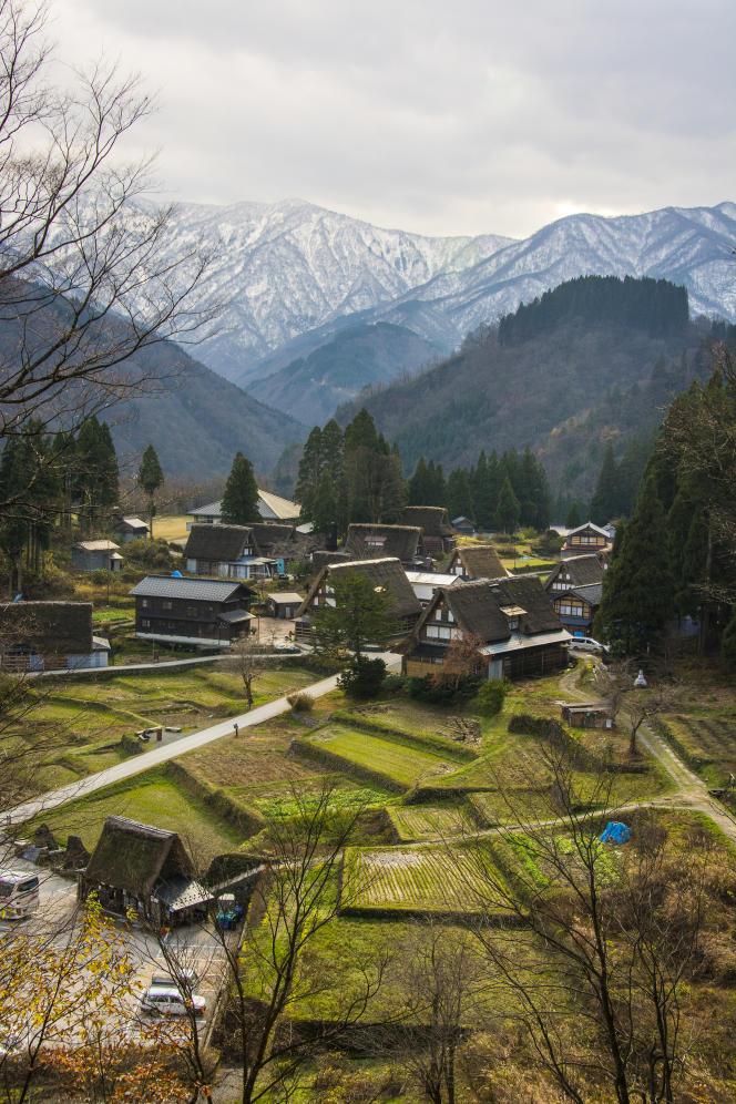 Une cinquantaine de personnes vivent à Ainokura dans des chaumières vieilles de 100 à 300 ans. Le hameau est inscrit, depuis 1995, au Patrimoine mondial de l'Unesco.