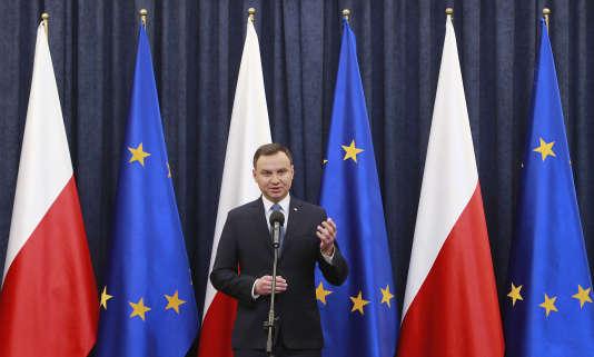 Le président Andrzej Duda devrait approuver la nouvelle loi qui permettra au gouvernement de contrôler les médias publics du pays.