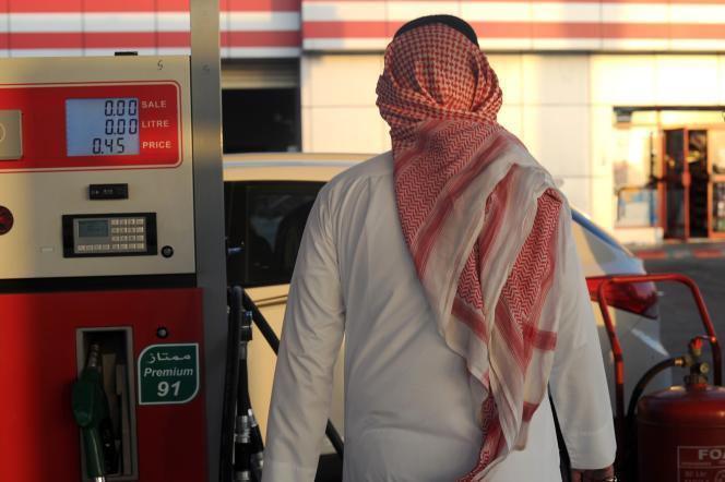 Depuis 2014, Riyad a décidé de laisser jouer les forces de l'offre et de la demande sur le marché, convaincu que les pays qui produisent à des coûts plus élevés (Etats-Unis, Russie…) finiront par rendre gorge (Photo: un Saoudien à la pompe à Jeddah, décembre 2015).