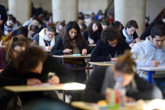 Des étudiants en première année de médecine passent un examen en décembre 2012 à l'Université médicale de La Timone à Marseille.