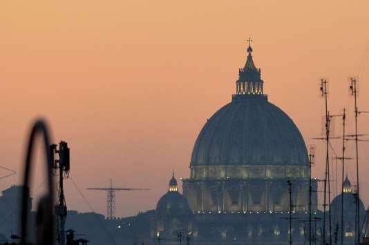 Photo prise le 28 décembre 2015 de la basilique Saint-Pierre se découpant sur un ciel embrumé. Rome et d'autres villes italiennes ont décidé de limiter la circulation des voitures pour lutter contre la pollution, causée par une longue période sans pluie ni vent