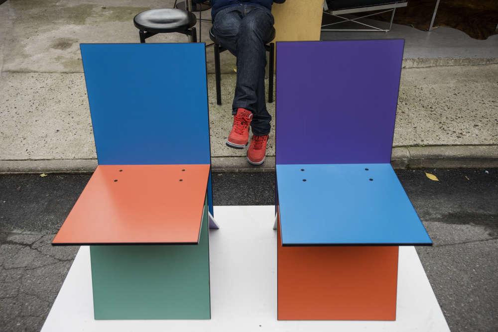 """Une paire de chaises """"Vilbert"""" de Verner Panton, éd. Ikéa 1993 chez Remix Gallery, Stand 232, Allée 6, Paul Bert."""